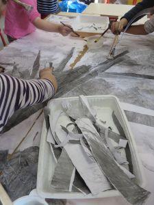 Choisir des bandes de papier gris pour les branches
