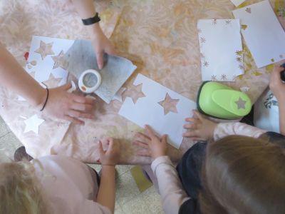 Découper des étoiles pour créer des fleurs
