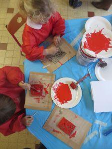 Couvrir l'argile de peinture rouge vif