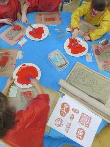 Atelier tampons à la maternelle