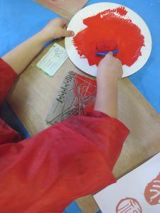 Enduire l'argile de peinture rouge
