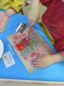 Passer le rouleau de peinture sur l'argile gravée