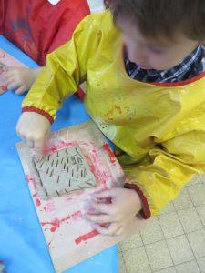 Graver l'argile avec un baton de glace