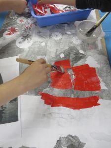 Coller les fagments de papier avec de la colle à tapisser