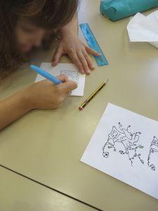 Fillette qui dessine sa lettre décorée