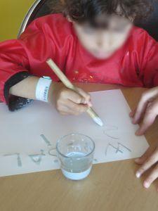 Wissal écrit son prénom