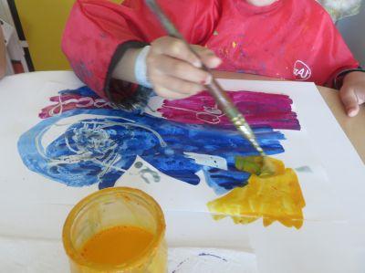 La petite fille peint avec des encres