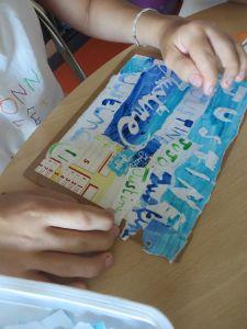 Coller les fragments de papier déchirés