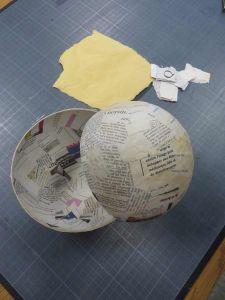 Demi-sphères en papier mâché