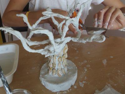 Sculpture d'arbre en bandes platrées