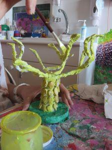 Sculpture d'arbre jaune