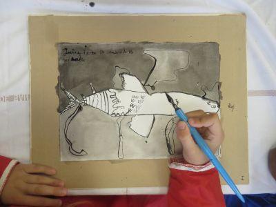 Enfant qui dessine à la plume