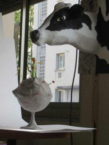La vache en papier mâché veille sur le petit Prince