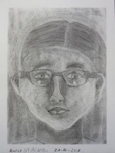 Autoportrait de fillette au crayon à papier
