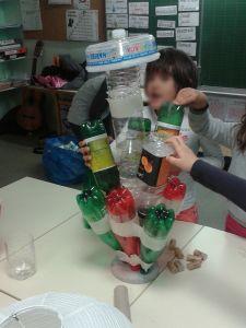 Assembler les bouteilles sur le socle en béton