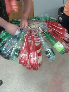 Des bouteilles sont accrochées au grillage