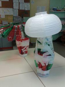 Champignon en bouteilles et abat-jour en papier