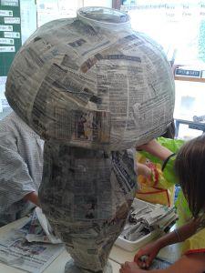 Gros champignon en papier mâché