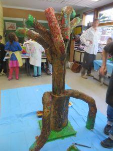 Un arbre avec des racines aériennes