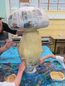 La sculpture en papier mâché est peinte