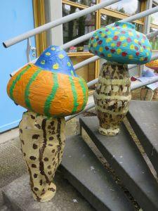 Deux champignons géants dans un escalier