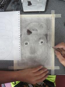 Houssine dessine son portrait