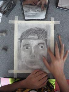 Le crayon est estompé avec le doigt