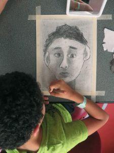 Dessin d'enfant au crayon gris