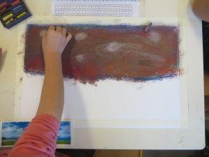 Enfant qui peint avec des craies