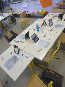 Salle de classe pendant une séance de dessin