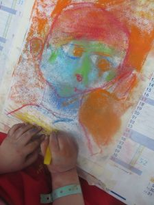 Un enfant dessine son portrait en couleur