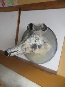 Loup en objets de récupération et papier mâché
