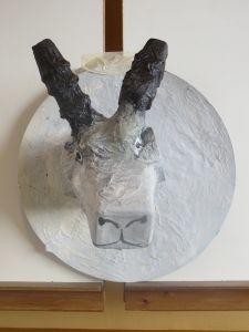 Tête de chèvre en objets recyclés