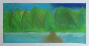 Montagnes vertes au bord de l'eau