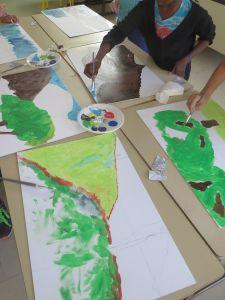 Les enfants peignent chacun un panneaux