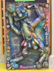 Bas-relief en objets de récupération