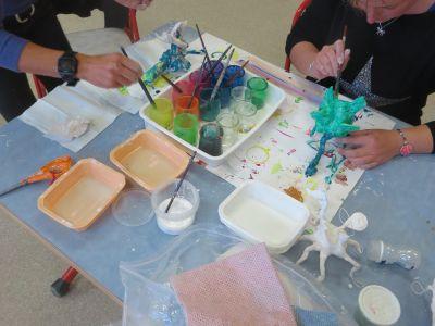 Mise en couleur des statuettes en plâtre
