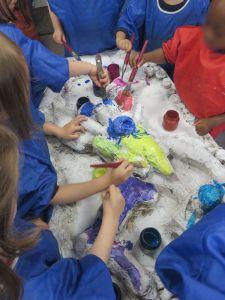 Les tableaux sont peints par les enfants