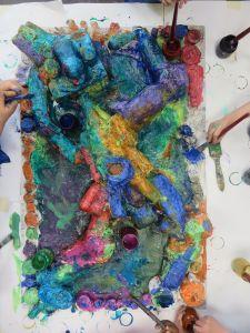Les couleurs coulent et se mélangent