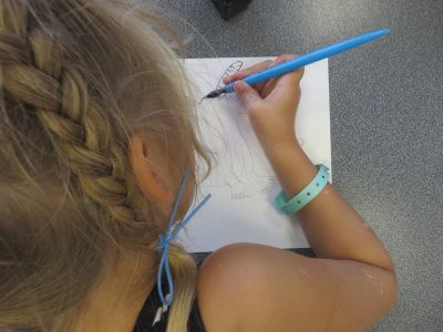 Stella dessine à la plume