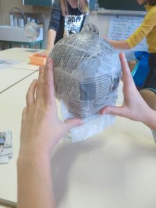 Recouvrir le ballon de papier journal