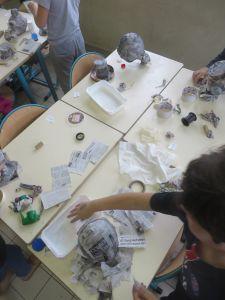 Atelier papier mâché en classe