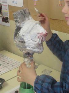 Peindre le papier journal en blanc