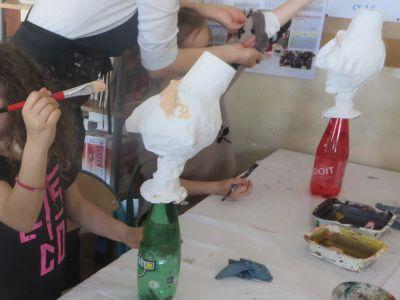 Peindre les têtes en papier mâché