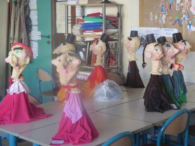 2 Madames Boulou au 1er plan et des Guignol