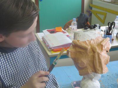 Les enfants réalisent eux-même leur marionnette