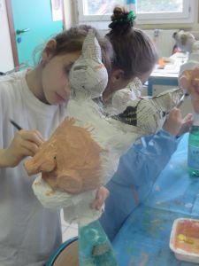 Les enfants peignent leur marionnette