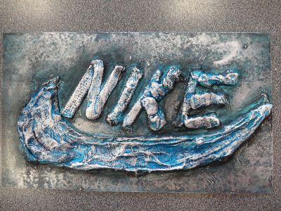Le logo NIKE interprété en plâtre ciré