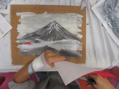 Collage de frgments de papier rouge