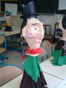 Création de marionnettes dans une école
